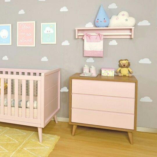 Quarto de bebe decorado comoda com cabideiro simples e pequeno