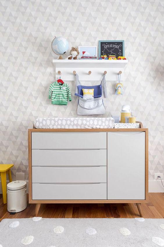 Quarto de bebe organizado cômoda com cabideiro pequeno