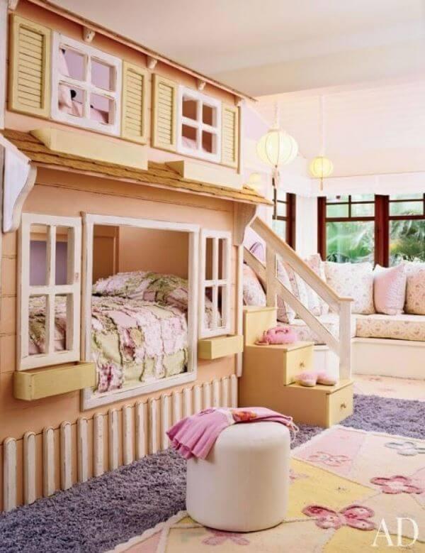 Quarto de menina com beliche de madeira em formato de casinha