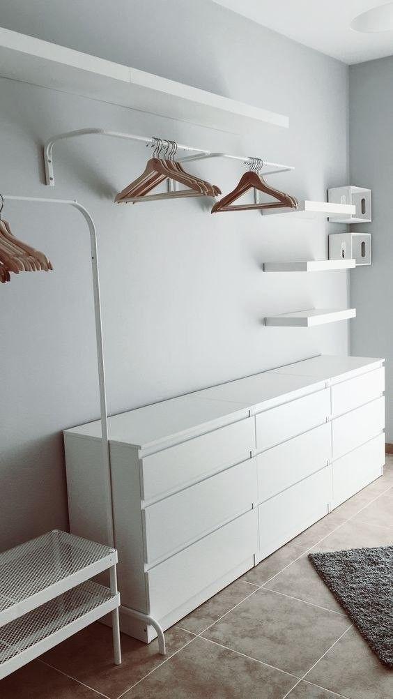 Quarto decorado com cômoda com cabideiro