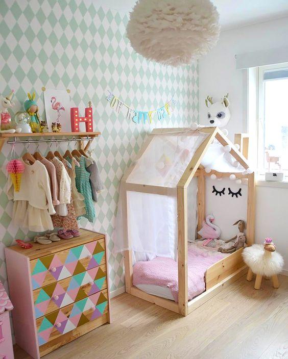 Quarto decorado com comoda com cabideiro infantil colorido