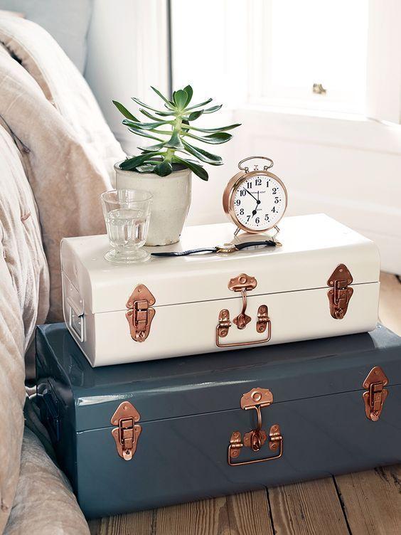 Quarto decorado com dois baus de madeira