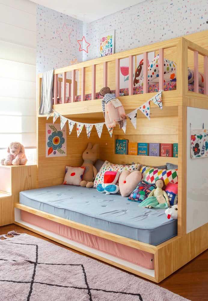 Quarto infantil colorido com beliche de madeira