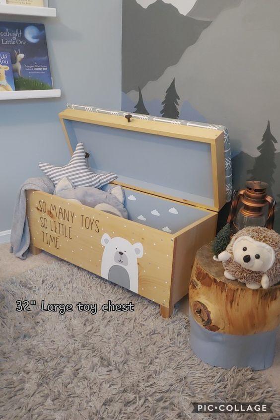 Quarto infantil com bau de madeira decorada
