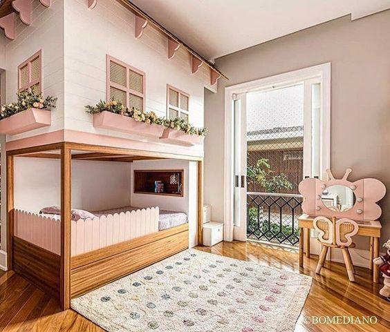 Quarto infantil com beliche de madeira de casinha