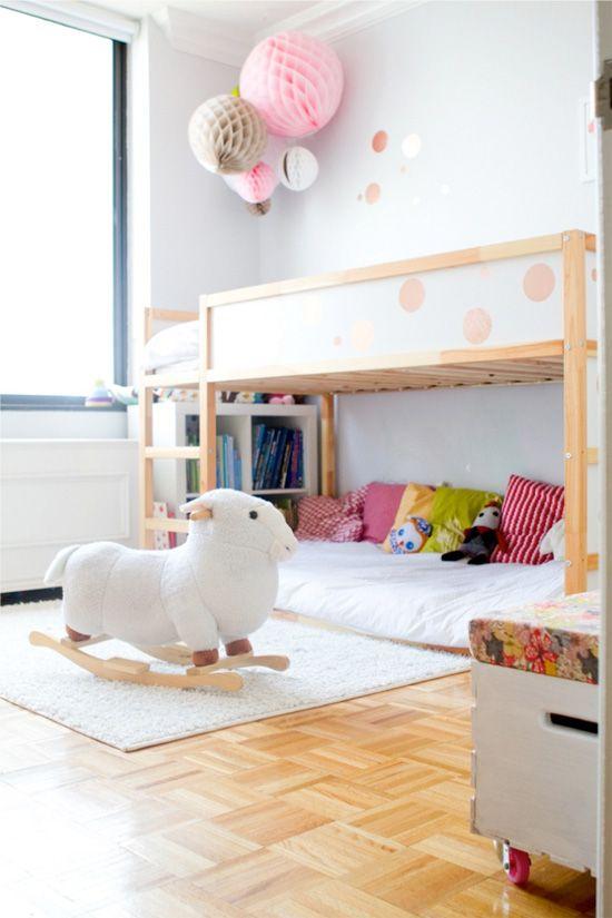 Quarto infantil com beliche de madeira e decoração colorida