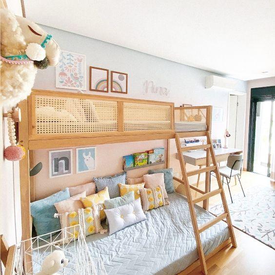 Quarto infantil com beliche de madeira e proteção ao lado