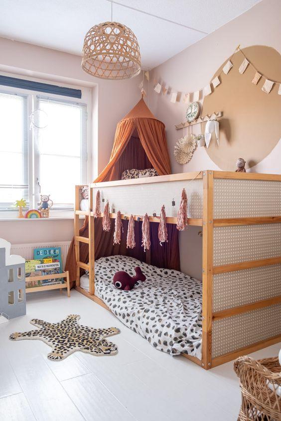 Quarto infantil com beliche de madeira montessoriana