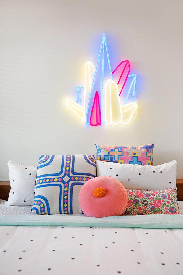 Quarto infantil com luminária de luz neon