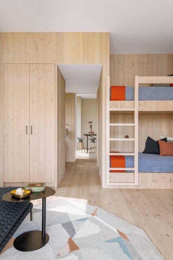 Quarto infantil planejado com beliche de madeira