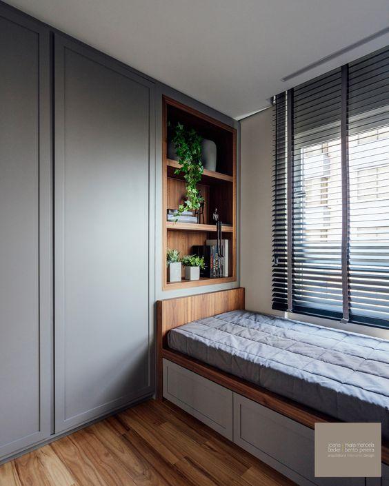 Quarto planejado com persiana preta na janela