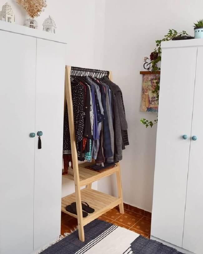 Reserve um cantinho no quarto para colocar a arara de madeira. Fonte: Cafofo Nº 5