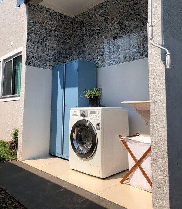 Revestimento de parede externa em cerâmica feito com ladrilho hidráulico decora a lavanderia. Fonte: Arkpad