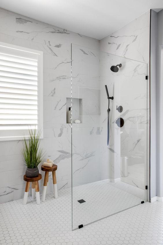 Revestimento marmorizado no banheiro moderno com nicho de embutir