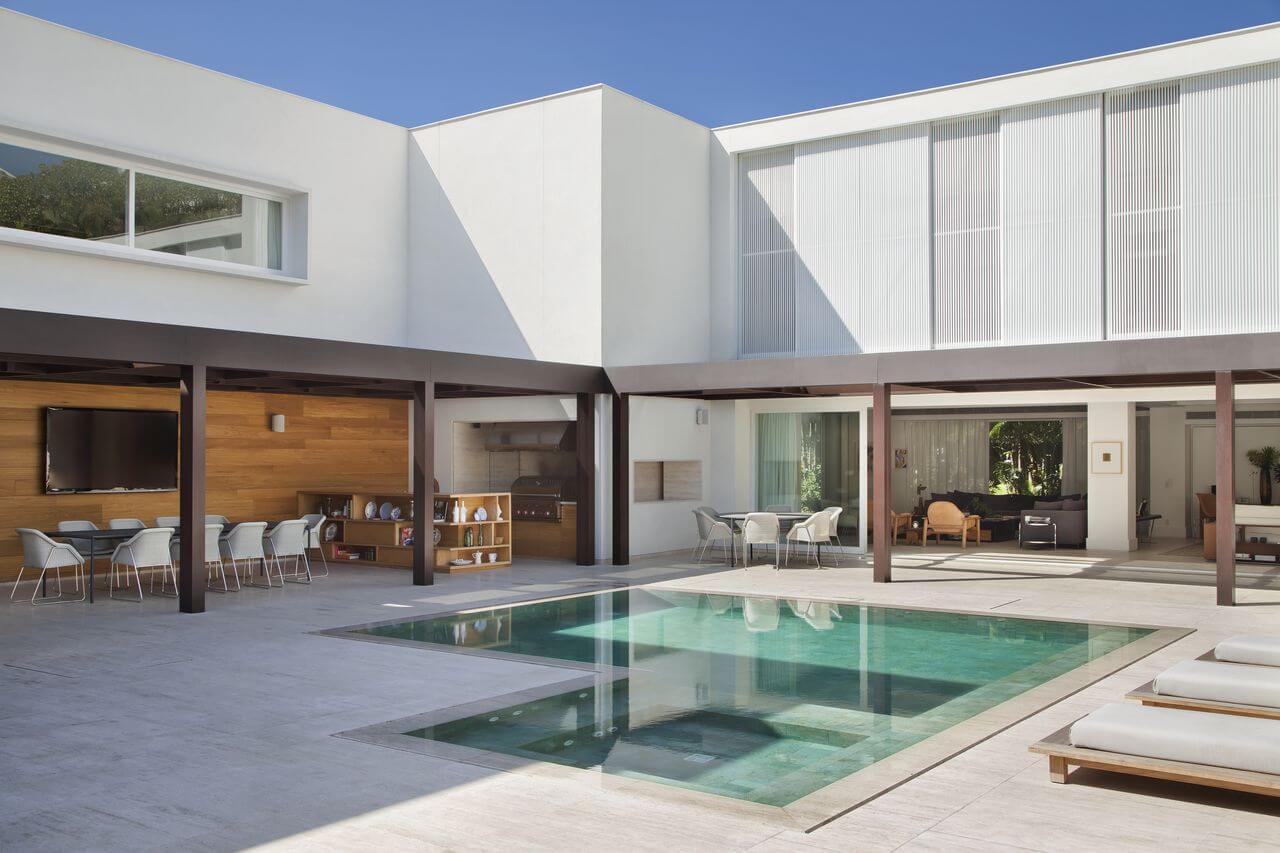 Revestimento piscina verde com toque sofisticado. Projeto de Gisele Taranto
