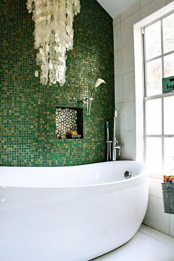 Revestimento verde para banheiro com nicho de embutir moderno