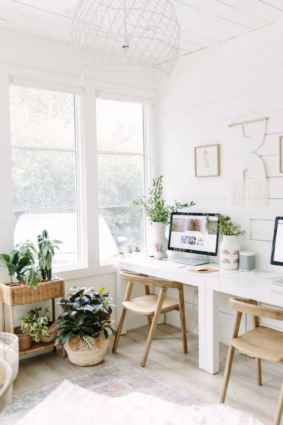 Sala boho com mesa para home office