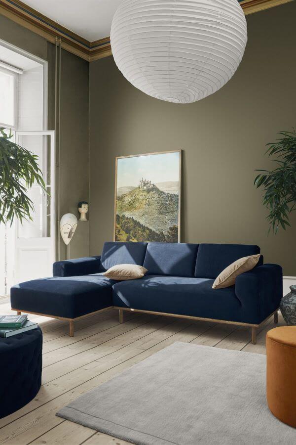 Sala chique com sofá azul marinho