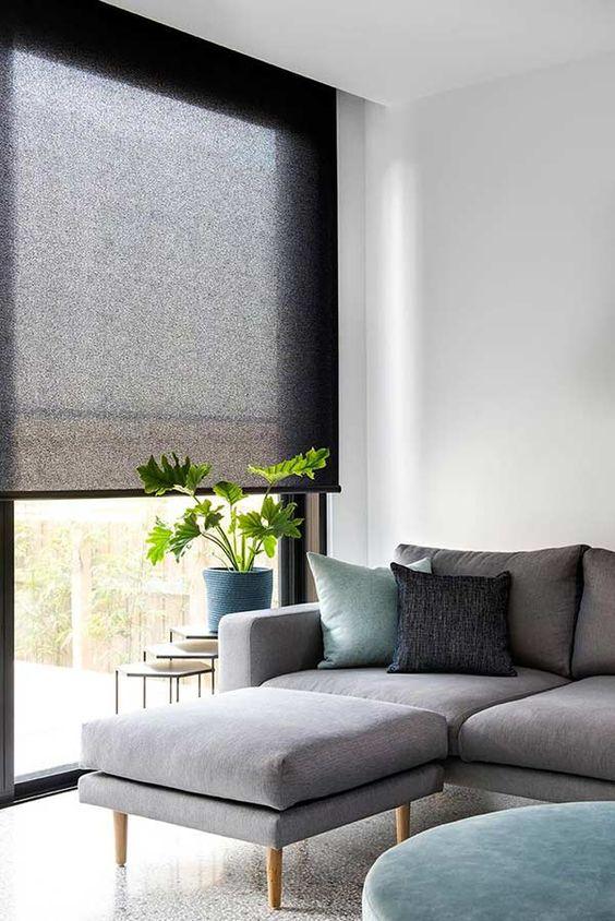 Sala cinza com persiana preta fácil de abrir e fechar