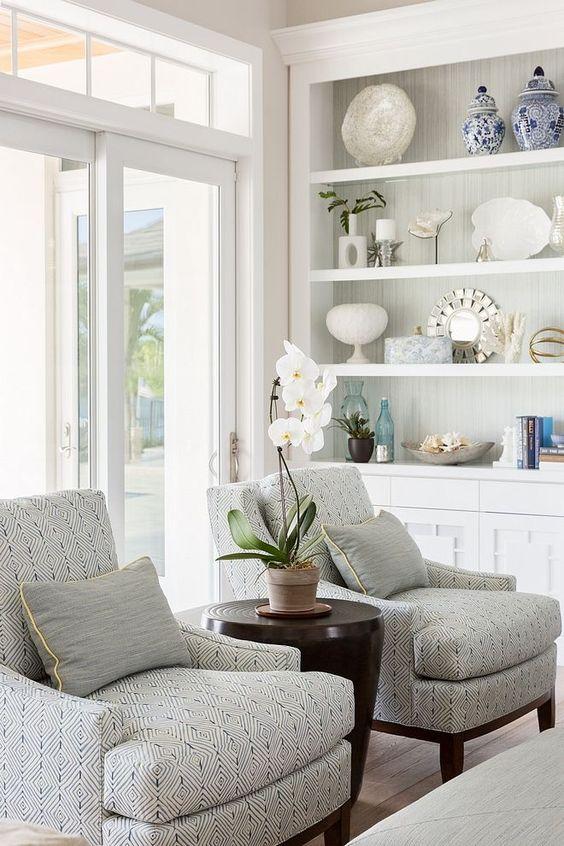 Sala clean com enfeites para estante chiques