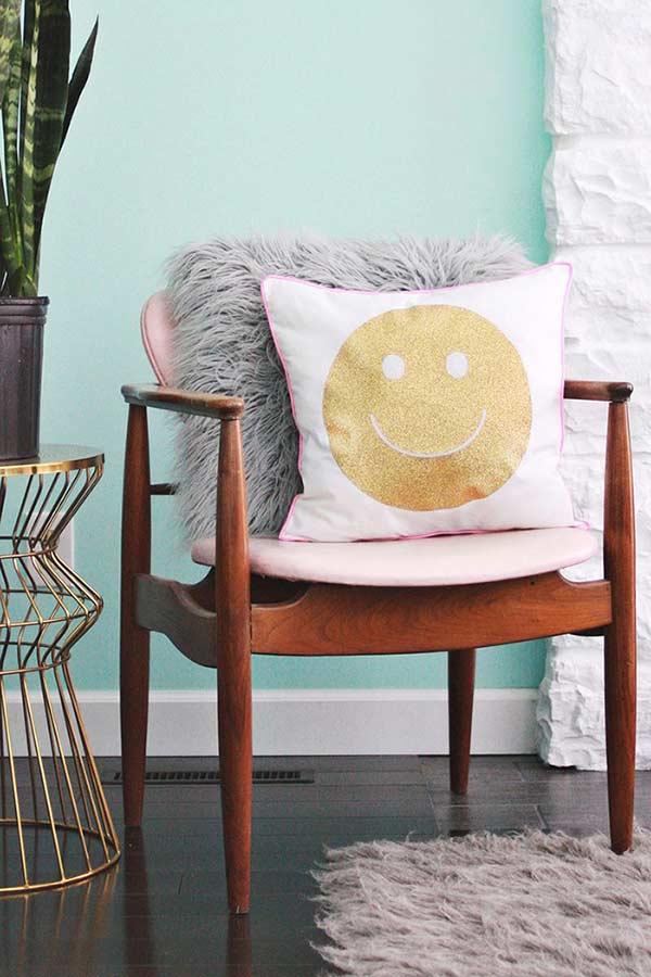 Sala com almofadas divertidas com estampa de emoji