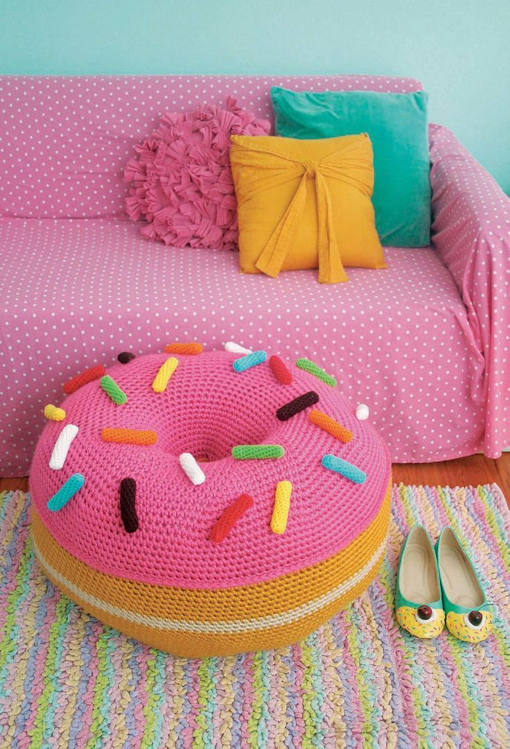 Sala com almofadas divertidas de animais infantis