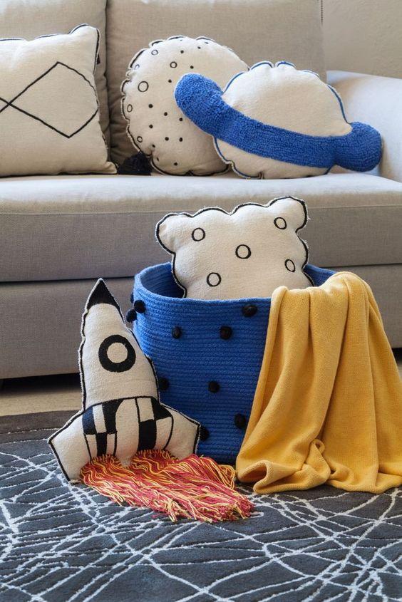 Sala com almofadas divertidas de planetas