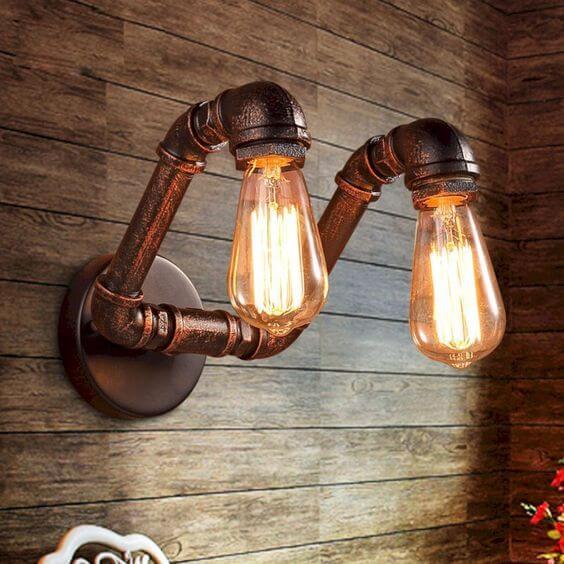 Sala com arandela industrial dupla decorando a parede de revestimento amadeirado