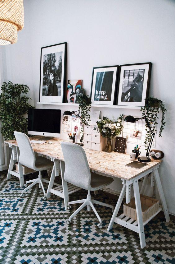 Sala com cavalete e cadeira para escritório