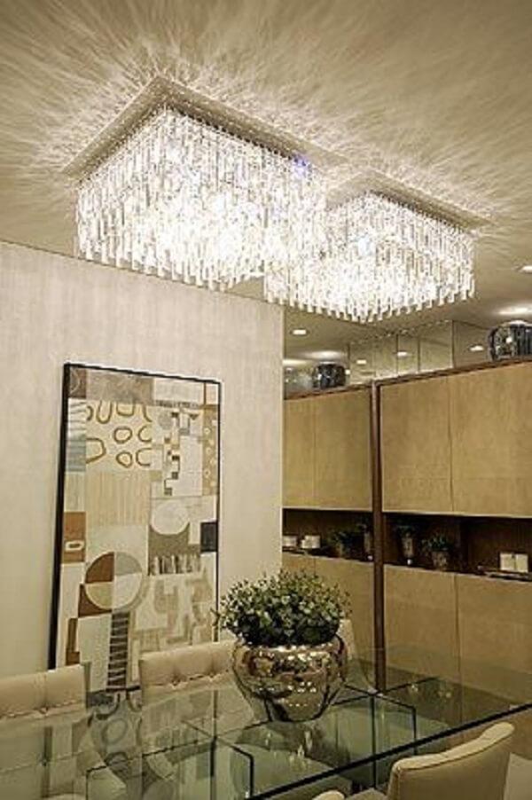 Sala com conjunto de lustre quadrado de cristal na decoração