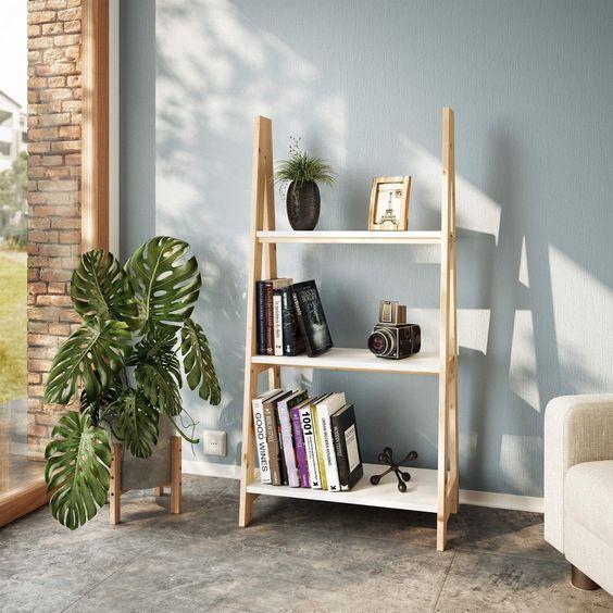 Sala com estante cavalete de madeira