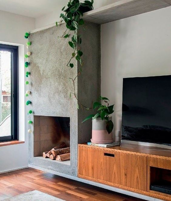 Sala com lareira a lenha e chaminé de cimento