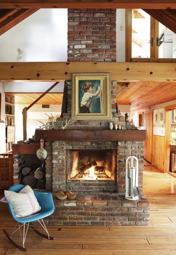 Sala com lareira de tijolo e chaminé clássica
