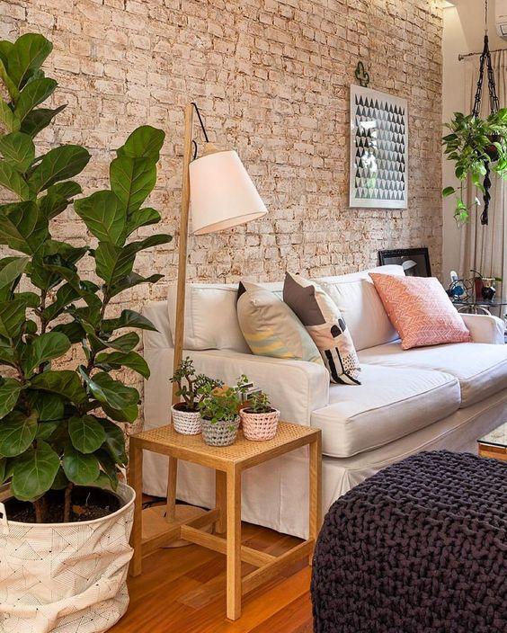 . Sala de estar com papel de parede rústico e sofá bege