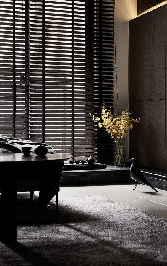 Sala com persiana preta moderna