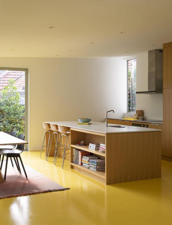 Sala com piso pintado em resina epoxi amarela