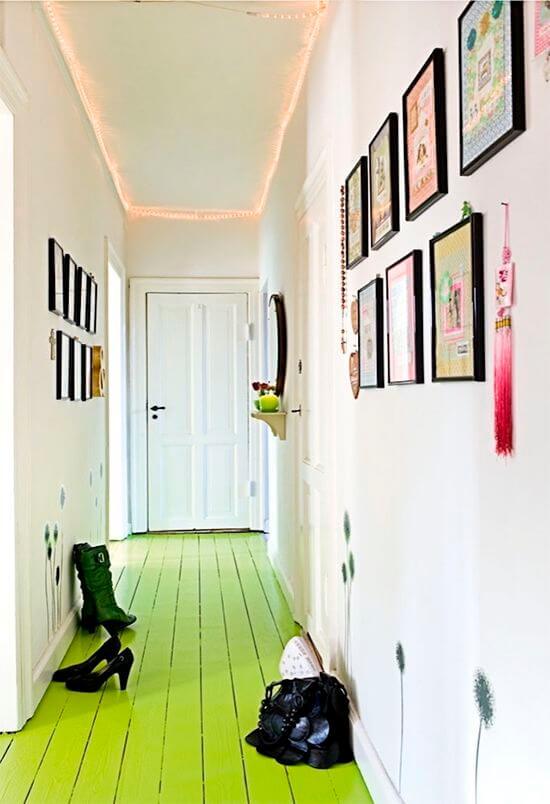 Sala com piso pintado verde e decoração criativa