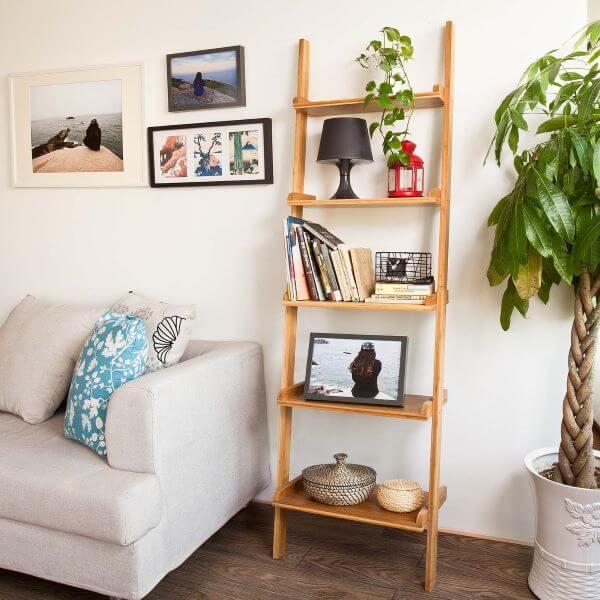Sala com sofá cinza e estante cavalete de madeira
