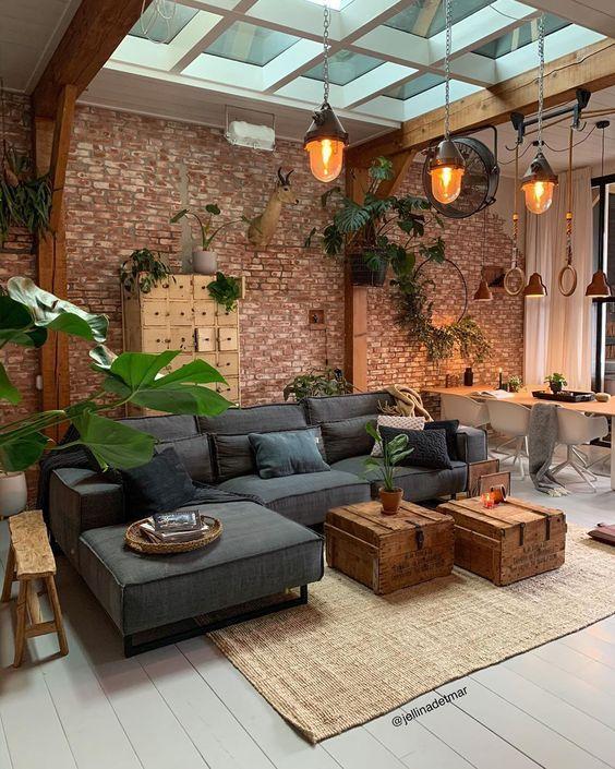 Sala com sofá estilo industrial e decoração com papel de parede rústico