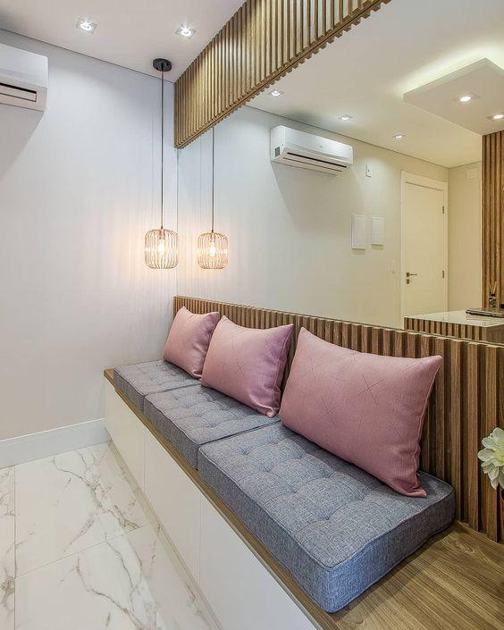 Sala de espera com almofadas confortáveis