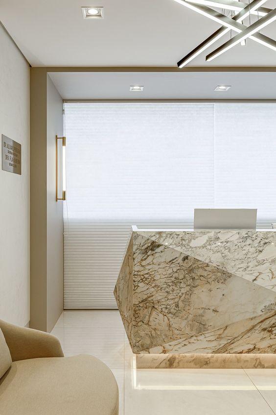 Sala de espera com balcão de mármore bege