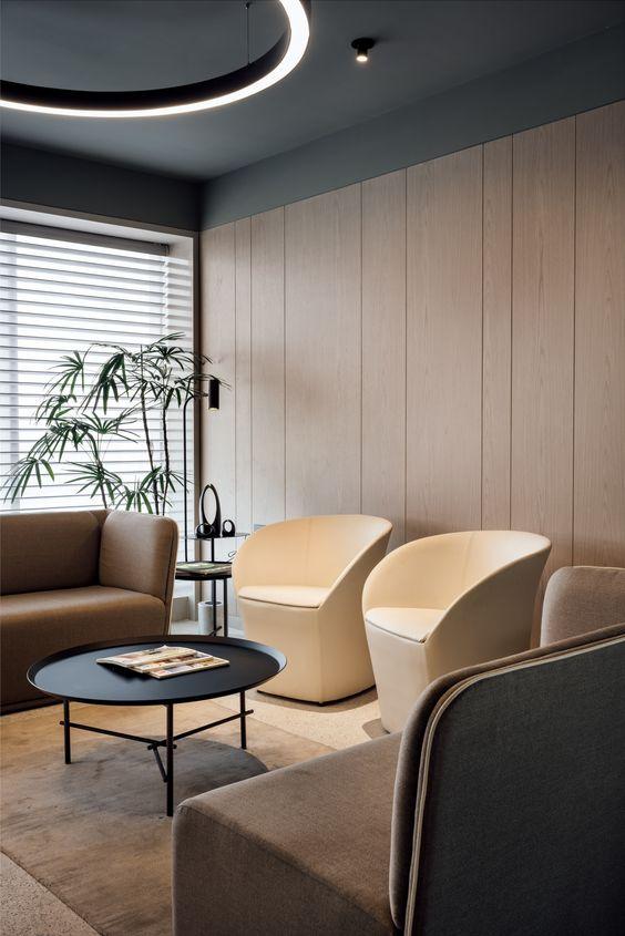 Sala de espera com móveis modernos e elegantes