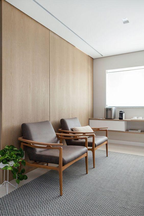 Sala de espera com poltronas de couro para clinica