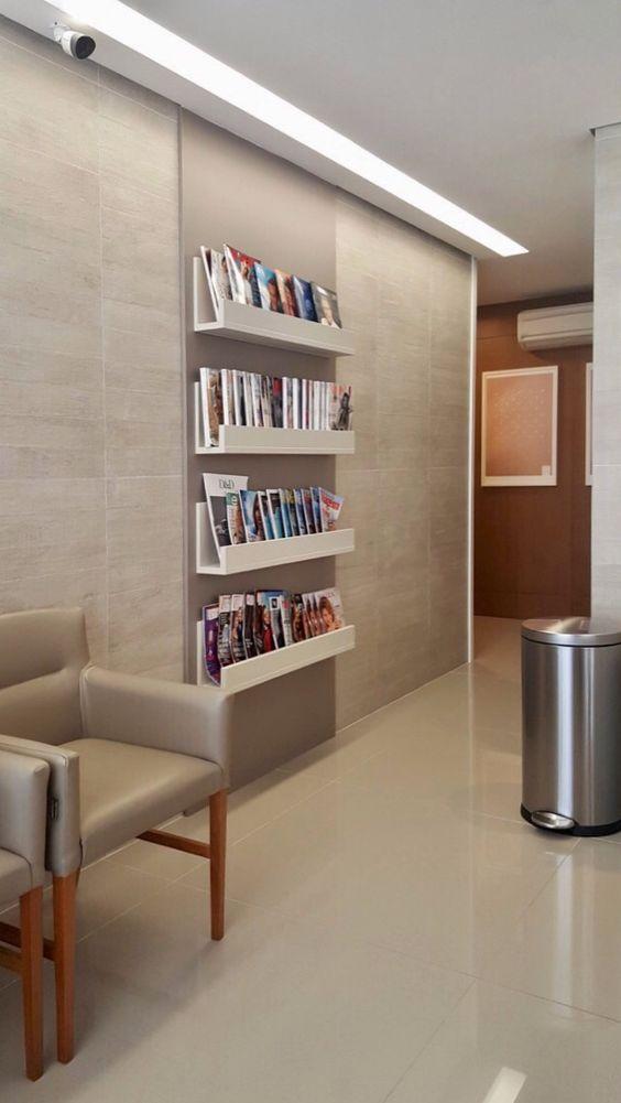 Sala de espera com prateleiras de revistas