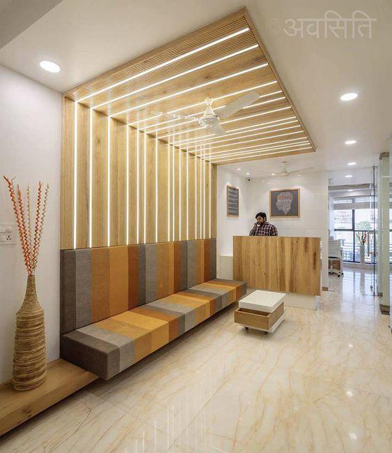 Sala de espera com sofá planejado listrado e moderno