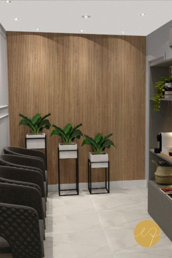 Sala de espera com vasos de plantas ao lado para decorar