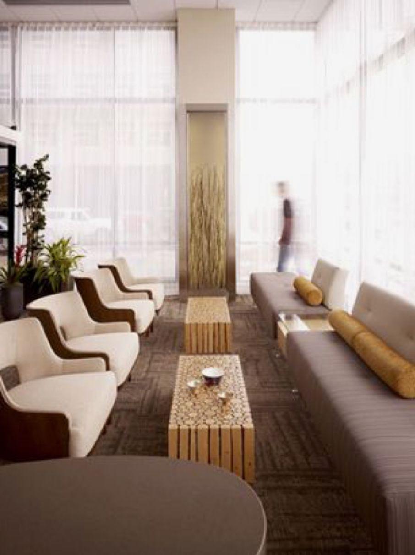 Sala de espera grande com poltronas e mesas de centro de madeira rustica