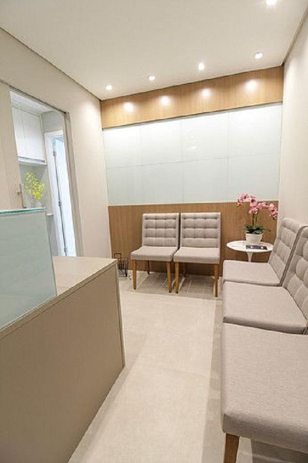 Sala de espera pequena com cadeiras cinza