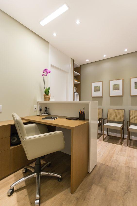 Sala de espera pequena com móveis de madeira