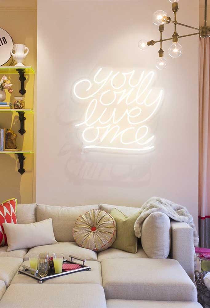 Sala de estar clean com letreiro de luz neon